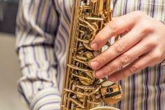 вручает саксофон игрока Стоковые Изображения
