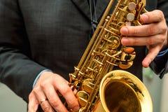 вручает саксофон игрока Стоковые Изображения RF