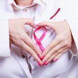Вручает сердце на розовом символе ленты Стоковое Фото