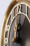 Вручает старые часы на предпосылке диаграммы 12 Стоковое Фото