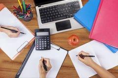 Вручает студента делая домашнюю работу 2 Стоковая Фотография RF