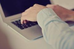 Вручает человека multitasking работая на интернете wifi компьтер-книжки соединяясь, руке бизнесмена занятой использующ компьтер-к Стоковые Изображения