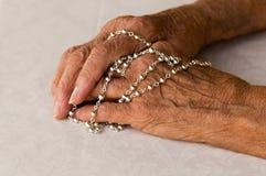 вручает rosary стоковая фотография