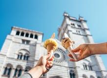 2 вручают собор Сан Lorenco nearthe мороженого взятий Стоковое Изображение