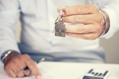 вручающ ключей дома сверх Стоковая Фотография