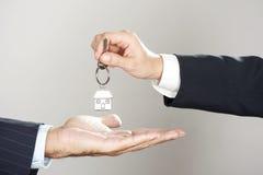 вручающ ключей дома сверх Стоковое Изображение