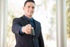 Вручающ некоторые ключи автомобиля сверх Стоковое Фото