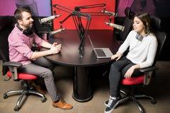 Вручители радио в студии хозяйничая шоу в прямом эфире жизненно Стоковые Фотографии RF