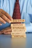 Вручите аранжировать концепцию деревянного блока хранения больших данных крупноразмерного Стоковые Изображения RF