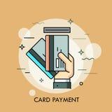 Вручите вводить кредит или кредитную карточку в шлиц Метод оплаты, разведение денег, обслуживание ATM, концепция сделки бесплатная иллюстрация