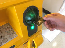Вручите вводить карту ATM в машину банка для разделять деньги стоковые изображения rf