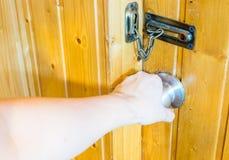 Вручите дверь ручки двери отверстия на деревянной комнате Стоковая Фотография RF