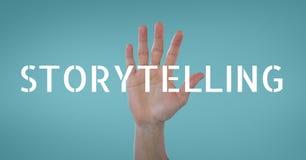 Вручите взаимодействовать с текстом дела искусства рассказа против голубой предпосылки Стоковое Фото