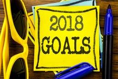 Вручите воодушевленность титра текста сочинительства показывая 2018 целей Концепция дела для новых разрешений написанных на липко стоковое фото