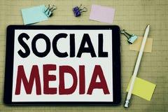 Вручите воодушевленность титра текста сочинительства показывая социальные средства массовой информации Концепция дела для средств стоковое фото rf