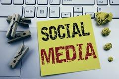 Вручите воодушевленность титра текста сочинительства показывая социальные средства массовой информации Концепция дела для средств стоковое фото
