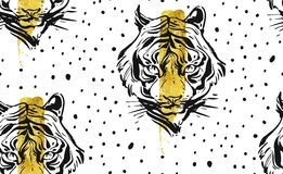 Вручите вычерченному конспекту вектора творческую безшовную картину с иллюстрацией стороны тигра, золотой фольгой и текстурой точ Стоковые Фото