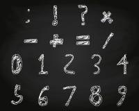 Вручите вычерченному ребенку мел английского алфавита на школьном правлении Стоковое Фото