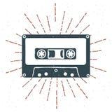 Вручите вычерченному 90s тематический значок с вектором grunge ленты магнитофонной кассеты текстурированным и винтажным sunburst Стоковое Изображение