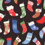 Вручите вычерченную безшовную картину с носками рождества для подарков Стоковые Изображения RF