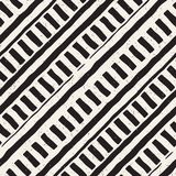 Вручите вычерченную безшовную повторяя картину с линиями крыть черепицей Grungy freehand текстура предпосылки бесплатная иллюстрация
