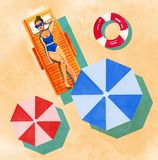 Вручите вычерченную иллюстрацию акварели с женщиной на шезлонге и парасолях на желтой предпосылке песка Стоковые Фотографии RF