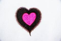 Вручите вычерченные деревянные карандаши цвета, одно сердце в одном сердце на предпосылке белой бумаги, посмотрите красивый стоковая фотография