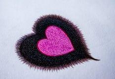Вручите вычерченные деревянные карандаши цвета, одно сердце в одном сердце на предпосылке белой бумаги стоковая фотография