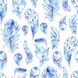 Вручите вычерченным картину покрашенную вектором безшовную с пер птицы Стоковые Изображения RF
