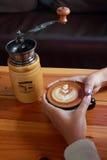 Вручите владению винтажный коричневый кофе и механизм настройки радиопеленгатора на золоте деревянном стоковые изображения