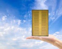 вручите владению старую деревянную дверь к новому миру жизнь новая Стоковые Фотографии RF