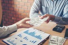 Вручите давать счеты долларов Соединенных Штатов денег, руку получая mo Стоковые Фотографии RF