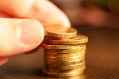 Вручите делать кучу золотых монеток русского рубля русский близкого фронта валюты новый вверх по взгляду Стоковое Изображение RF