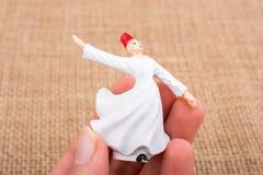 Вручите держать белый figurine дервиша Sufi цвета Стоковое Фото