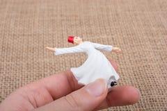 Вручите держать белый figurine дервиша Sufi цвета Стоковая Фотография RF