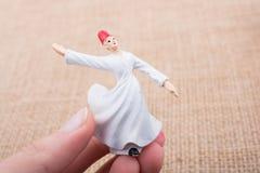 Вручите держать белый figurine дервиша Sufi цвета Стоковые Фото