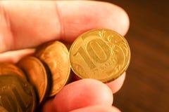 Вручите держать комплект монеток русского рубля русский близкого фронта валюты новый вверх по взгляду Стоковые Изображения