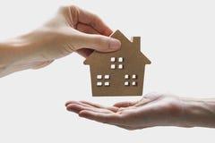 Вручите держать модельный дом, свойство ссуды под недвижимость для wi концепции стоковое фото