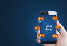 Вручите держать передвижной умный телефон, с значком уведомления Социальные средства массовой информации на мобильном телефоне стоковая фотография