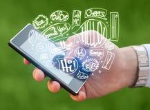 Вручите держать телефон с нарисованными рукой пузырями речи Стоковая Фотография