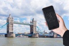 Вручите держать умные телефон и город с сетевым подключением франтовск стоковое изображение rf