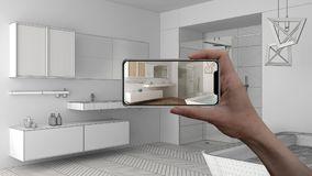 Вручите держать умный телефон, применение AR, сымитируйте мебель и продукты дизайна интерьера в реальном доме, концепции дизайнер стоковое фото