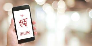 Вручите держать умный телефон с ходя по магазинам онлайн прибором на экране o иллюстрация вектора