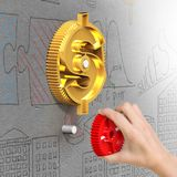 Вручите держать шестерню для того чтобы совместить с шестерней символа валюты Стоковое Изображение