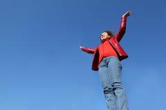 вручите его женщину красного цвета повышений джинсыов куртки стоковое изображение