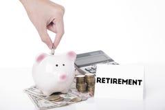 Вручите деньги сбережений в копилке для выхода на пенсию сообщения Стоковая Фотография