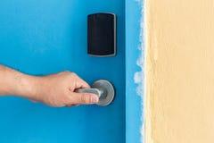 Вручите держать дальше ручку двери нержавеющей стали в гостинице Стоковые Фото