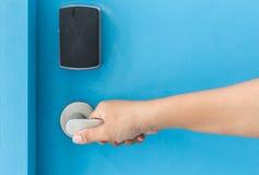 Вручите держать дальше ручку двери нержавеющей стали в гостинице Стоковые Изображения RF