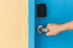 Вручите держать дальше ручку двери нержавеющей стали в гостинице Стоковое Изображение RF