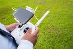 Вручите держать дальше remote для трутня управления с умными телефоном или teb Стоковое фото RF